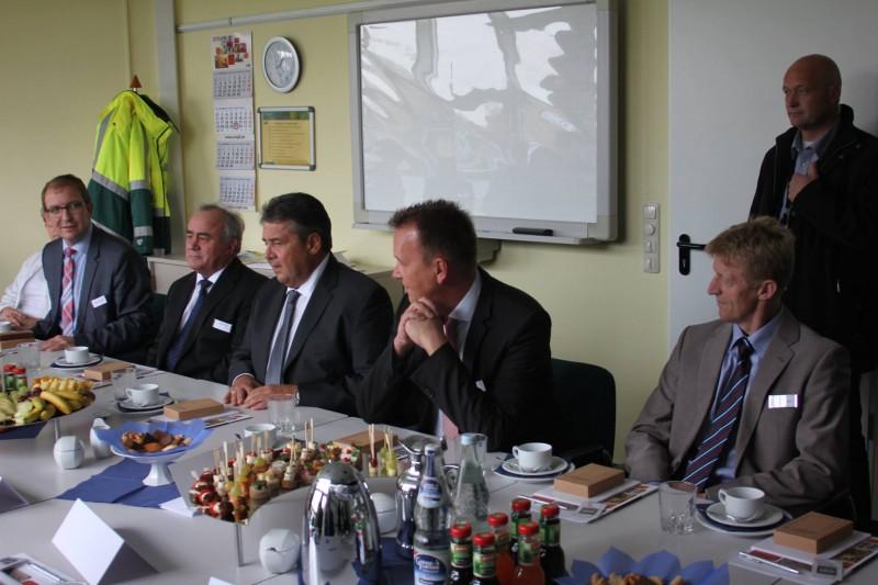 Bundestagsabgeordneter Burkhard Lischka, Bürgermeisterkandidat Torsten Reinharz, Bundeswirtschaftsminister Sigmar Gabriel, Bürgermeister Jens Strube und Landrat Markus Bauer